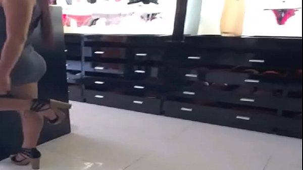 belle femme vendeuse exhib sex shop